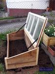 Frühbeetkasten selbstgebaut aus Bauholz und altem Fenster